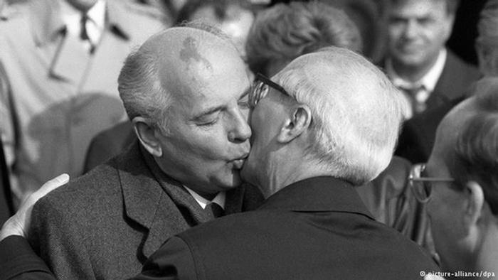 Последний советский поцелуй Хонеккера.