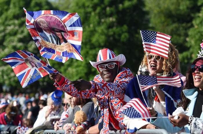 Milhares de pessoas se reuniram no Castelo de Windsor para saudar os recém-casados.