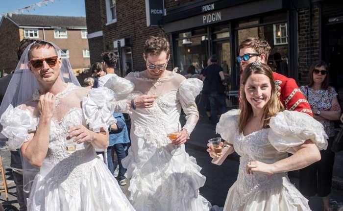 Os britânicos em Wilton Way, em Londres, celebram o casamento de seu príncipe.