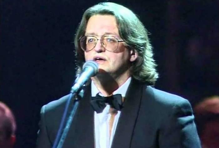 Поёт Александр Градский.