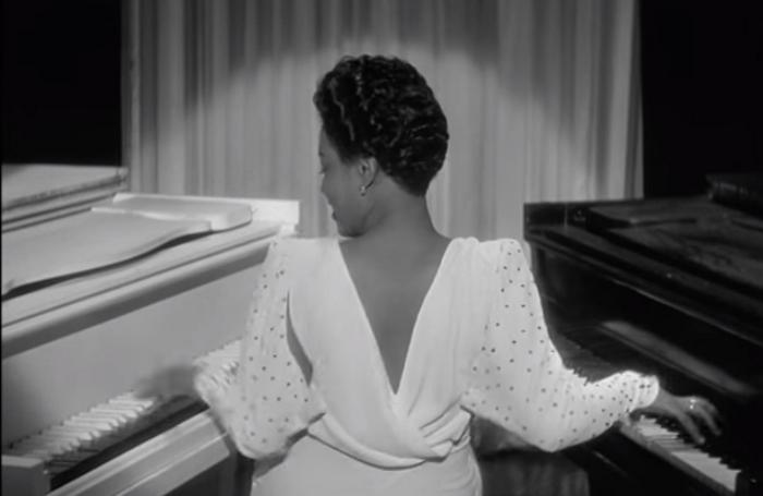 Хейзел Скотт одна играет сразу на двух роялях.