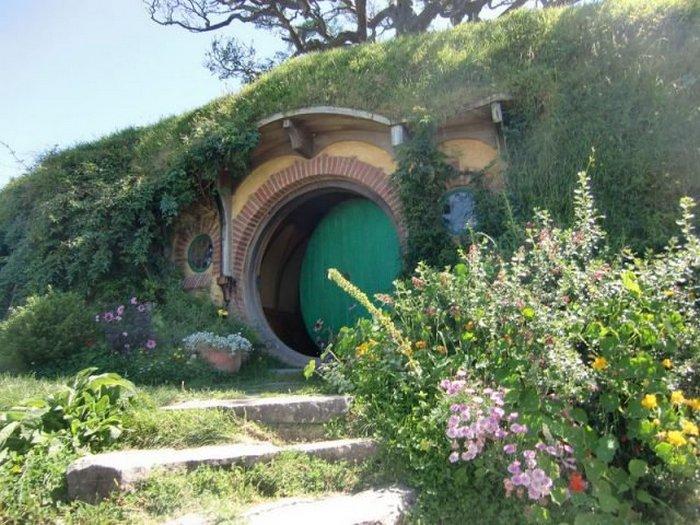 Питер Джексон сказал о Хобитоне: «Мне казалось, что можно открыть круглую зеленую дверь Бэг Энда и найти Бильбо Беггинса внутри»