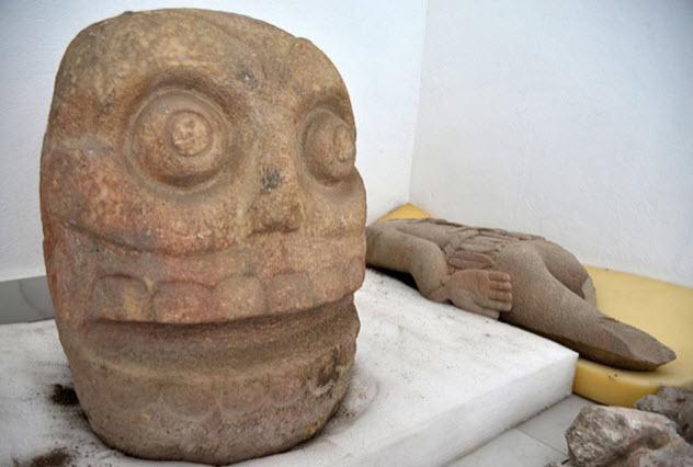 Одна из трёх найденных статуй