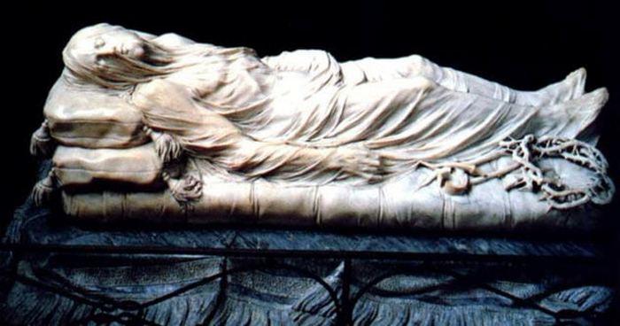 Умирающий Иисус под прозрачным покрывалом.