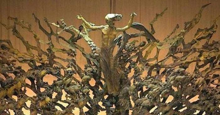 Статуя в Зале аудиенций Павла VI в Риме.