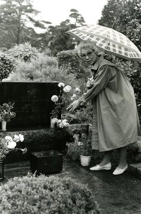 На могиле любимого.