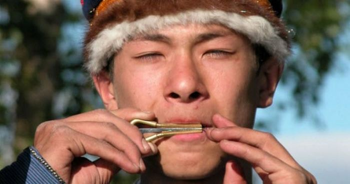 Музыкант с «губной арфой»