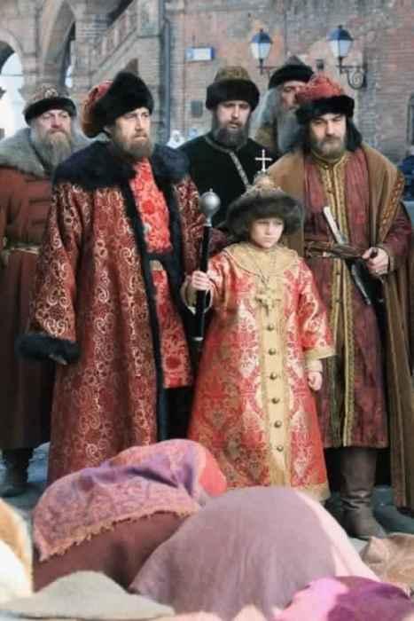 В Успенском Соборе митрополит Даниил венчал на великое княжение малолетнего князя Иоанна.