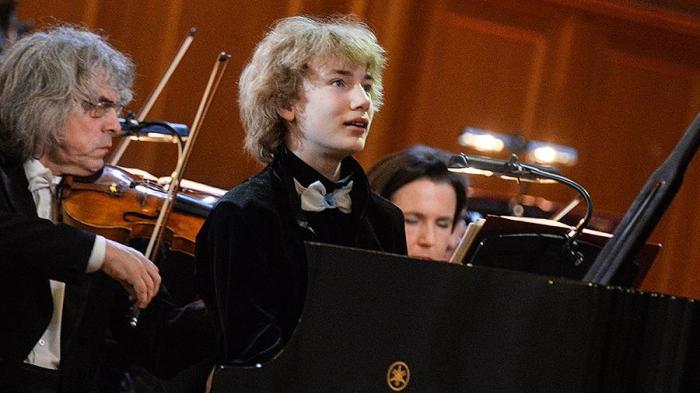 Иван Бессонов за роялем.