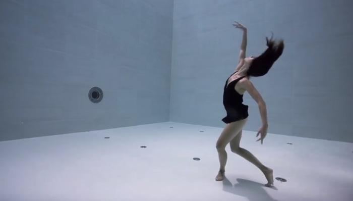 Джули Готье: Танец в самом глубоком в мире бассейне.
