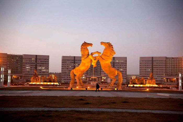 Статуя лошадей.