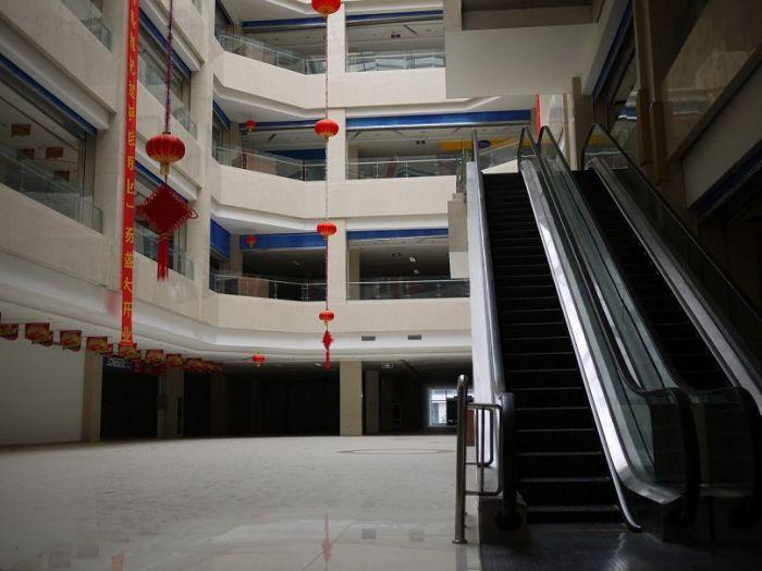 Пустующий торговый центр.