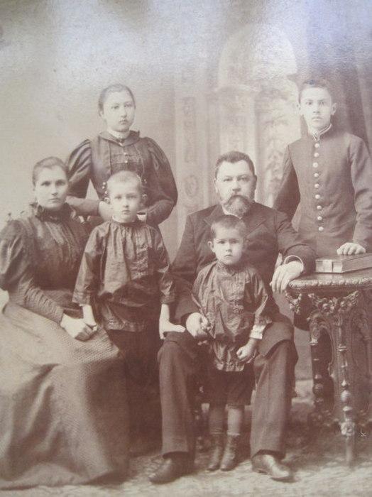 Сергей Калмыков с родителями и братьями.