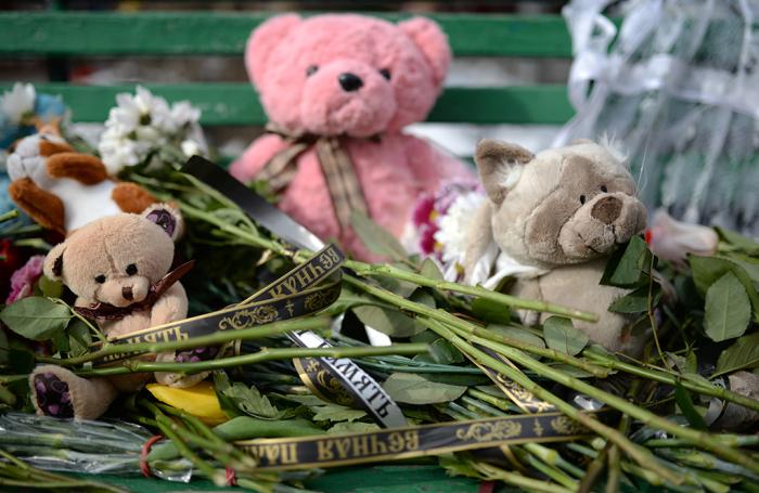 Цветы и игрушки в память погибших в Кемерово.