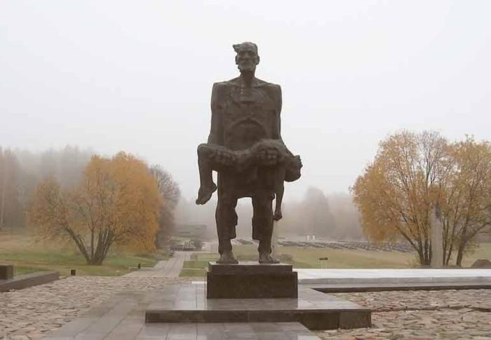 Памятник в мемориальном комплексе Хатынь.