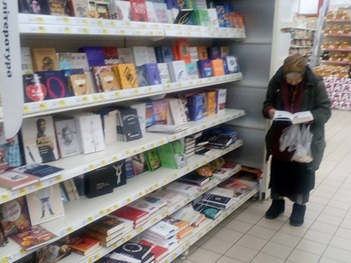 Бабушка, которая читает в киевском Ашане.