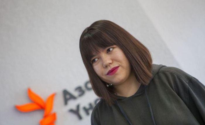 Зере Асылбек - певица, которая взорвала интернет.