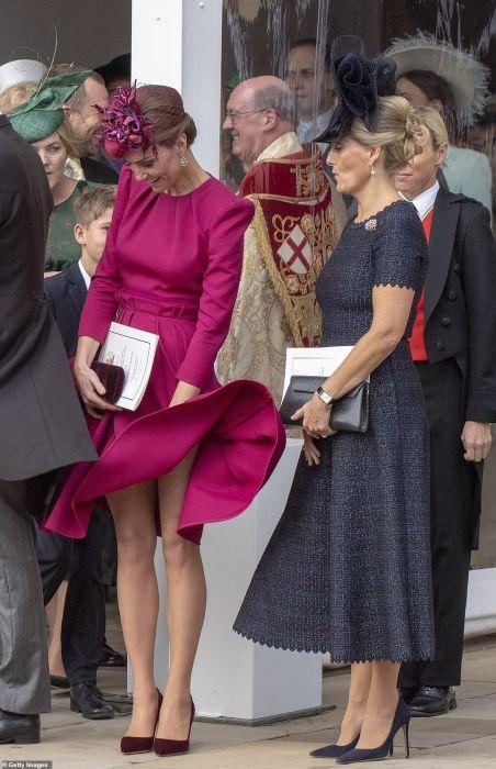 Ветер поднял юбку герцогини Кейт. Но с королевой такое не случится.