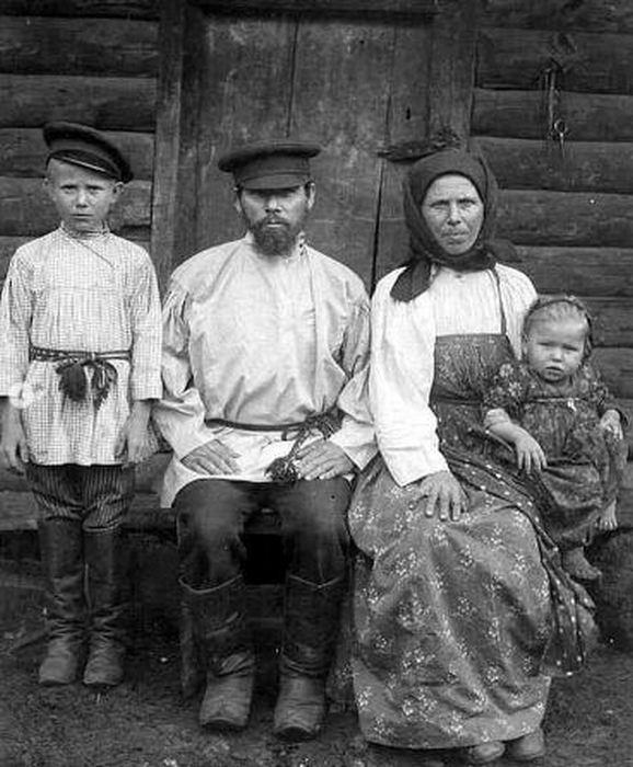 Крестьянская семья. Как думаете, сколько лет родителям?
