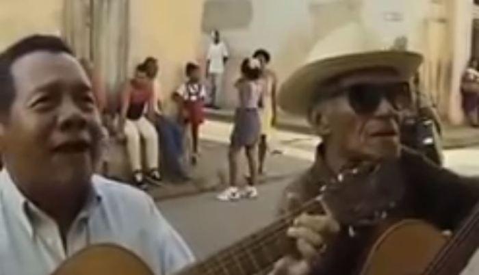 : Городской романс, исполненный простыми кубинцами прямо на улице.