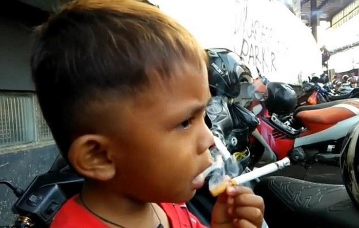 2-летний мальчик, который курит.