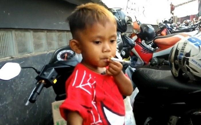 Рапи Ананда Памунгкас - 2-летний курильщик.