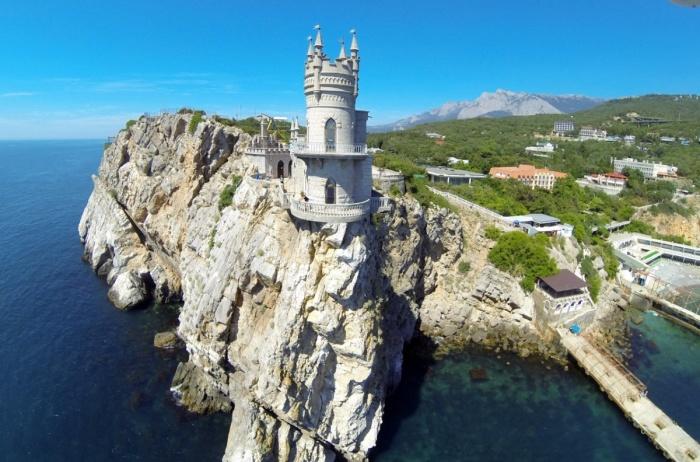 Ласточкино гнездо - готический крымский замок с непростой и драматичной историей.