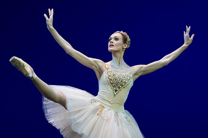 Танцует Ульяна Лопаткина.