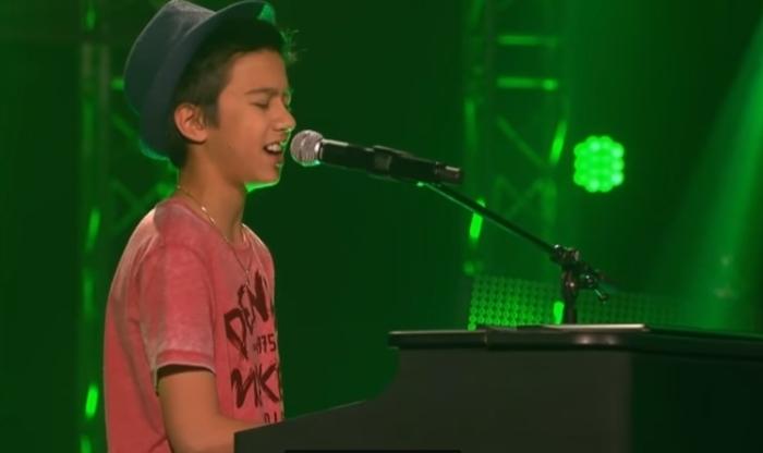 Когда Лукас запел, зал взорвался овациями.