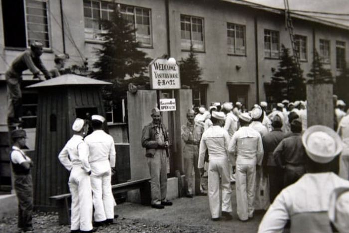 Американские солдаты и японские девушки. Конец 1940-х.