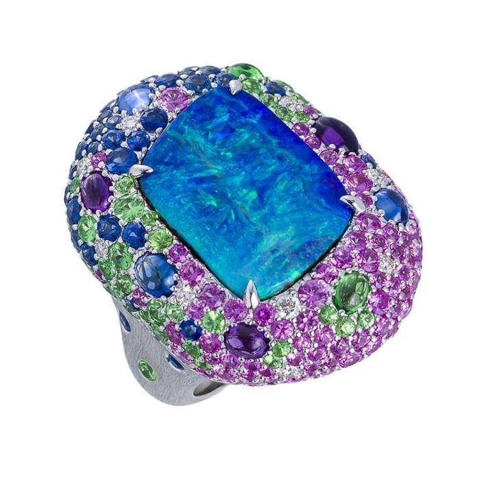 Опал Margot McKinney Lightning Ridge и разноцветное коктейльное кольцо из драгоценных камней (35 000 долларов).