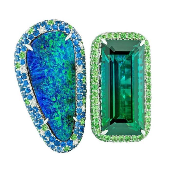 Двойное кольцо Margot McKinney с двухцветным зеленым турмалином и австралийским опалом Lightning Ridge.