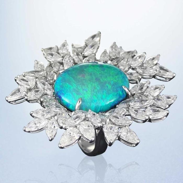 Margot McKinney Австралийское опаловое и бриллиантовое коктейльное кольцо (350 000 долларов).