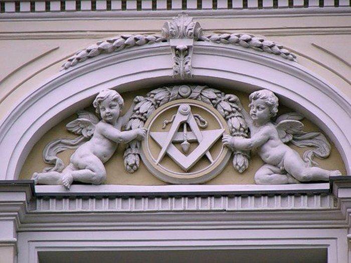 Масонские символы на одном из московских зданий.