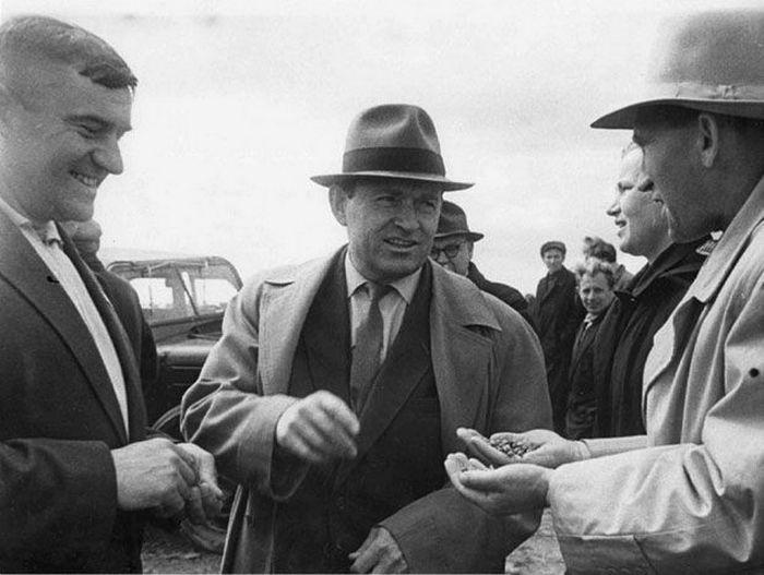 Первый секретарь ЦК КПБ Кирилл Мазуров с тружениками села.