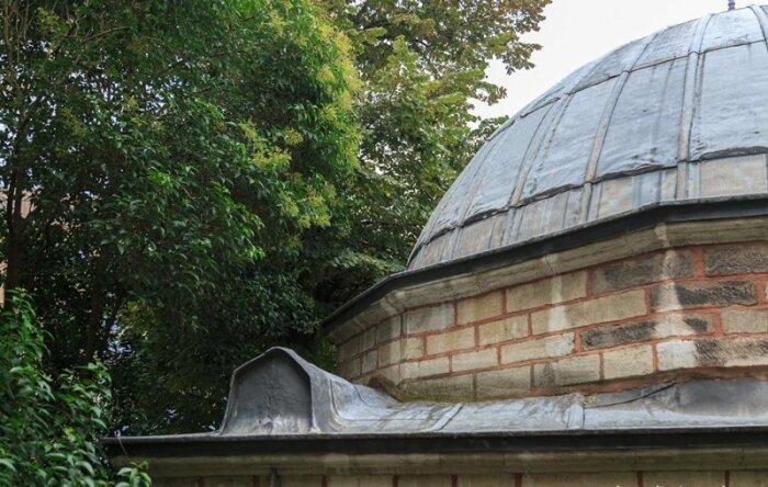 Гроб на крыше можно увидеть только с определённой точки обзора.