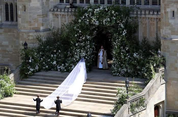 Меган на входе в часовню Святого Георгия в Виндзорском замке.