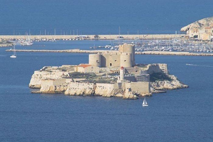 Остров Монте-Кристо в Средиземном море.