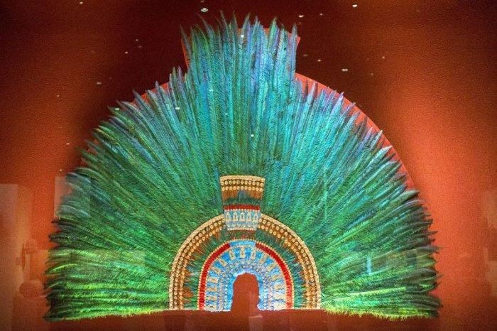 Современная реконструкция головного убора ацтеков из перьев, приписываемого Монтесуме II. Экспонат Национального музея антропологии и истории в Мехико.