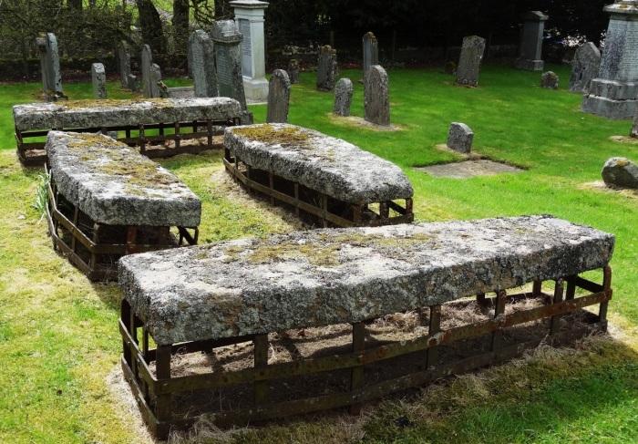 Гробы-торпеды, могильные сейфы и другие странные вещи.