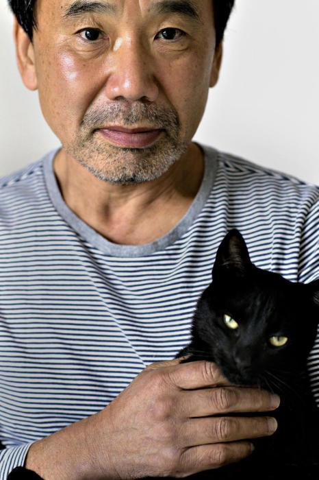 Мураками и его любимый кот.