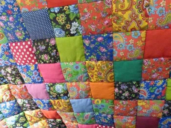 Сегодня лоскутные одеяла делают не в целях экономии, а просто для красоты.