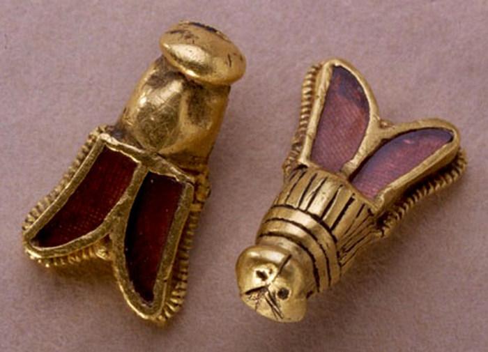 Золотые пчелы, найденные в погребении Хильдерика.