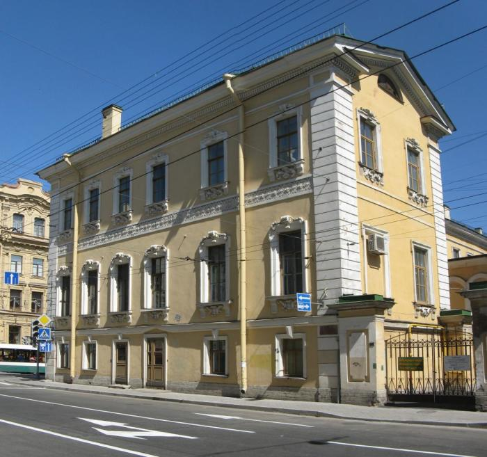 В этом доме жила известная всему Петербургу старая княгиня Наталья Петровна Голицына.