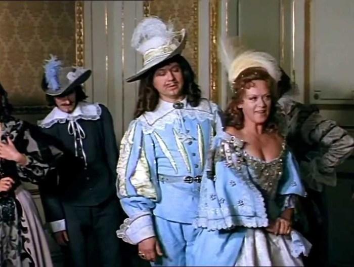 А вот и подвески на плече королевы.