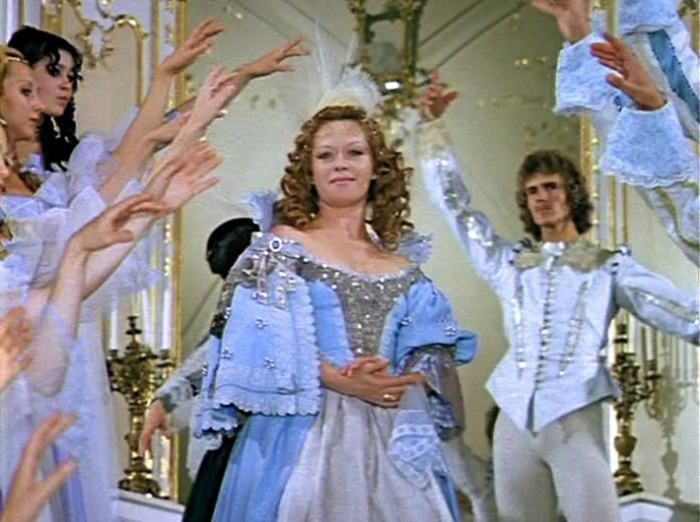 Кадр из «Д'артаньян и три мушкетёра»: Триумфальное появление королевы а подвесках.