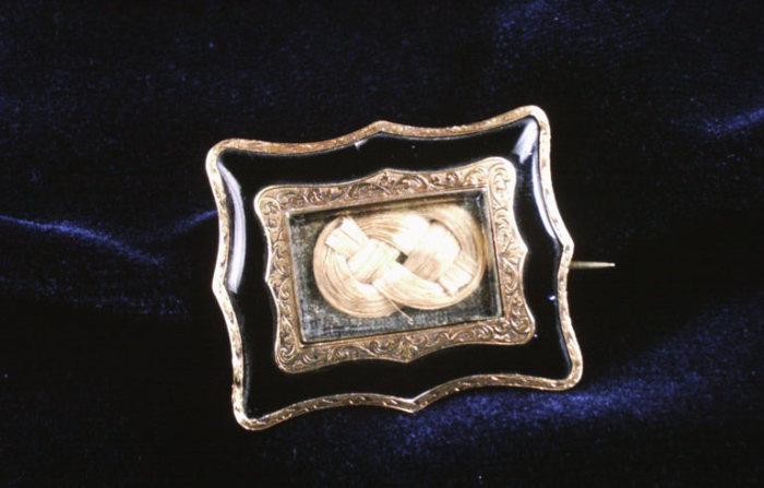 Викторианское украшение из волос умершего.