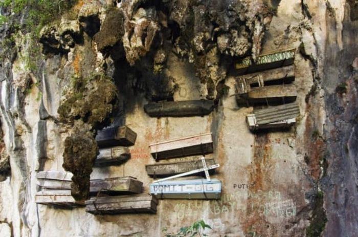 Висячие гробы для покойников племени игоротов.