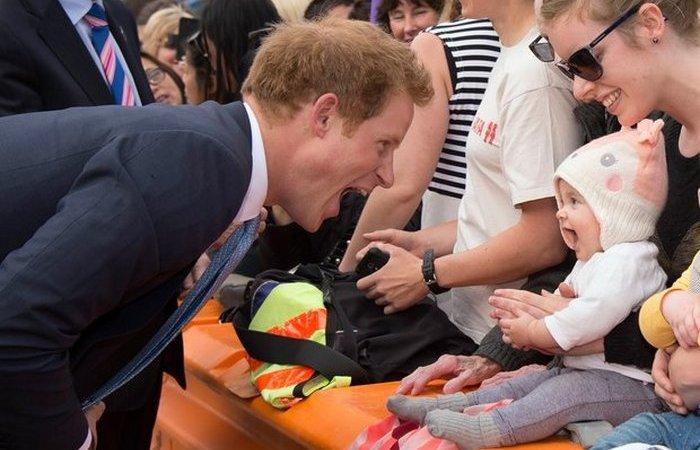 Трогательные моменты общения принца Гарри с детьми.
