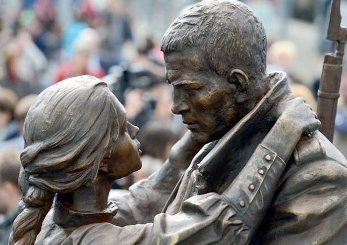 Фрагмент скульптурной композиции *Прощание славянки*
